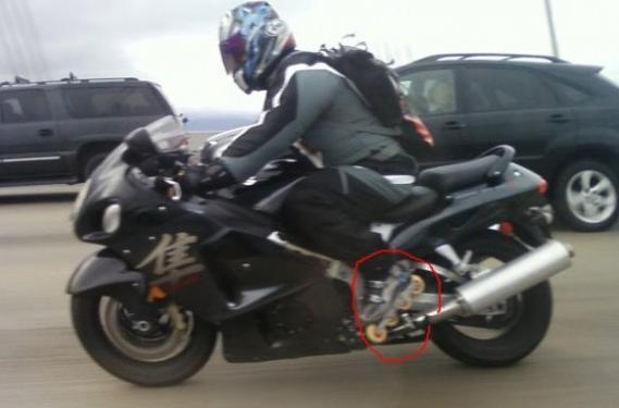 Memakai Sepatu Roda Saat Naik Motor