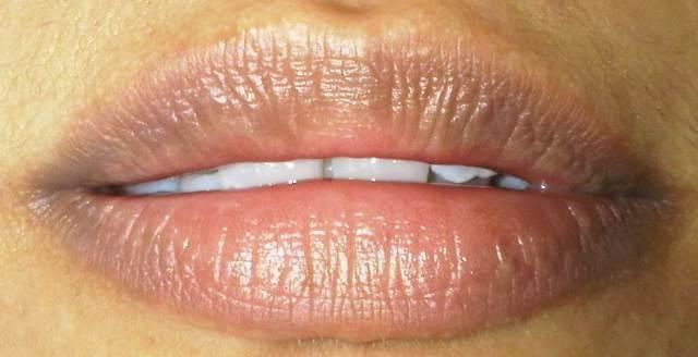 Menyamarkan garis bibir