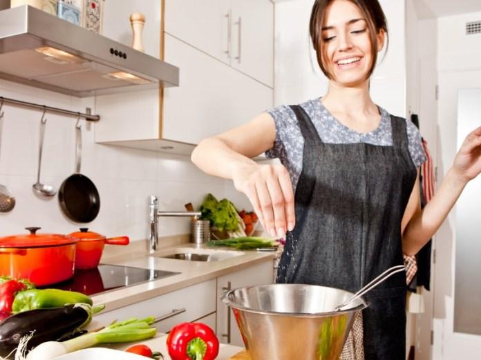 ia yang biasanya tidak suka memasak, tiba-tiba jadi mau belajar masak, dan memberikan makanan pada pasangan yang ia masak sendiri. gambar via: Pedava