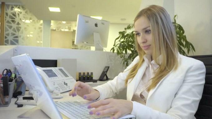 Jangan menyimpan dokumentasi pribadi atau menginstall aplikasi chat di komputer kantor. Gambar via: www.shutterstock.com