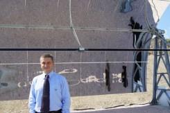 Alessandro Varago davanti a un elemento prodotto dalla Archimede SpA