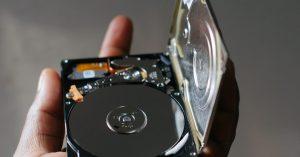 Un HDD în palmă.