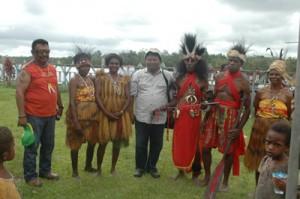 Penulis (keempat dari kiri) dan rekan-rekan di Papua/ FOTO : TEGUH BUDIARTO