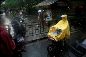 _MG_7243 Perempuan naik motor di Hangzhou dengan jas hujan copy