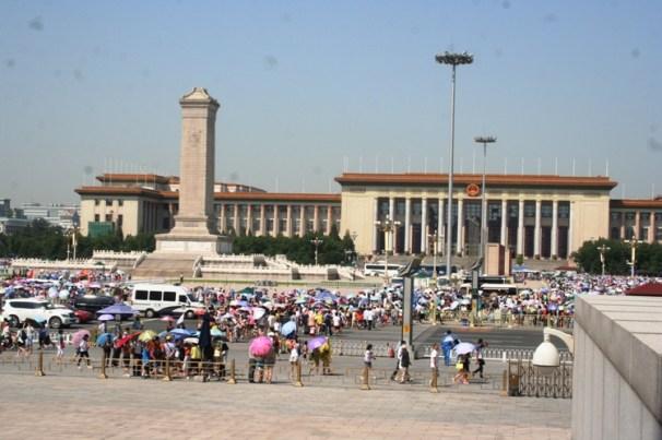 Pakai payung di tengah kerumunan manusia di Tian An Men Square email ok