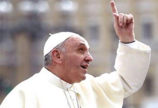 Paus Fransiskus tunjuk ke atas surga