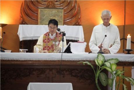 Pastor Gregorius dan Pastor Mohr misa