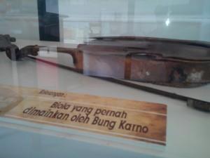 Biola yang biasa dimainkan Bung Karno/Foto: Abdi S