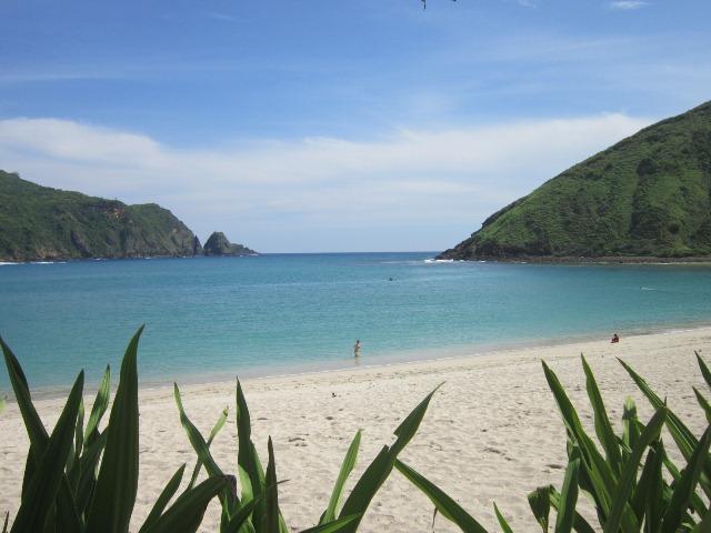 Pantai Mawun dengan dua bukit by ping