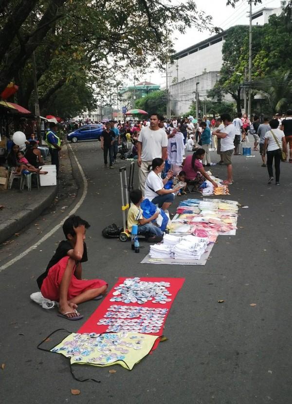 paus fransiskus di filipina jualan suvenir