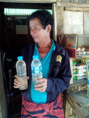 Moke biasanya disimpan dalam wadah air mineral/Foto : Retno Wulandari
