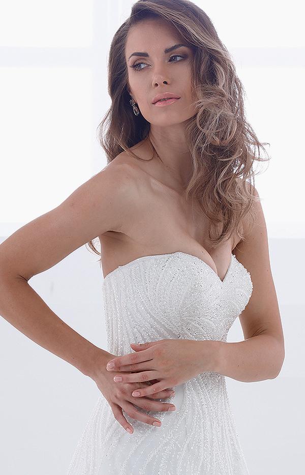 Abito da sposa lungo modello teodora in pizzo senza spalline particolare frontale