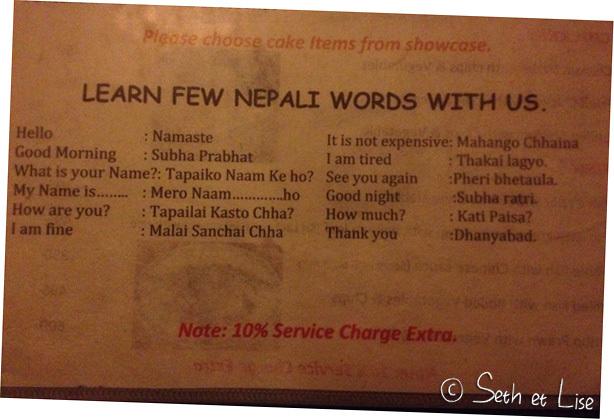 Une petite leçon de népalais au bas d'un menu pour n'avoir aucune excuse et être un touriste courtois!