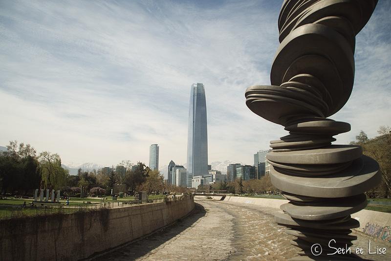 parc de sculpture devant des buildings à Santiago
