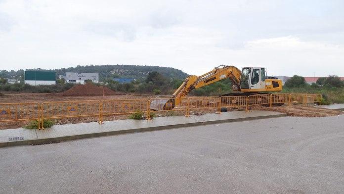 Les màquines excavadores ja han començat les feines de preparació del terreny