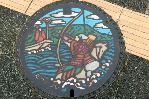Painted manhole in Takamatsu showing Nasu no Yoichi at the Battle of Yashima