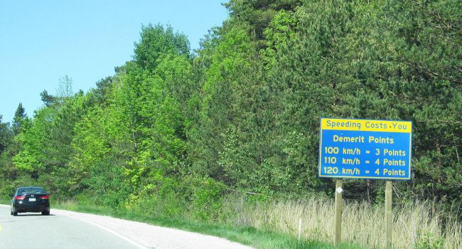 Demerit_point_warning_on_King's_Highway_12_in_Ontario,_Canada-1