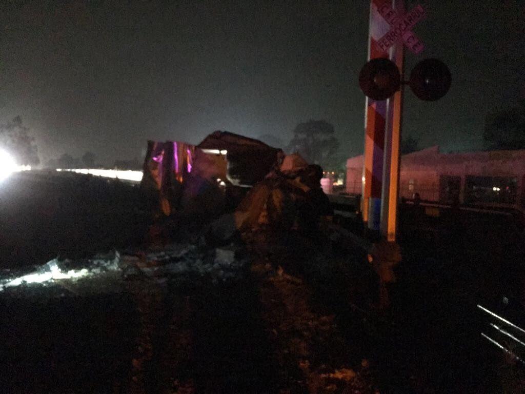 Tren arrolla camioneta en Edomex; hay tres muertos