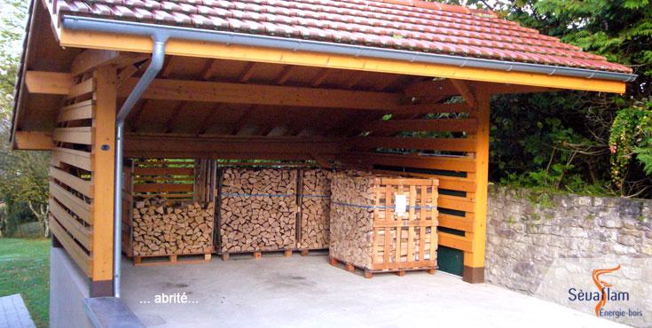 Chez vous demain - stockage du bois en extérieur sous abri   Sèvaflam - Bois de chauffage sur palette