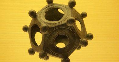 1280px-Dodecahedron_Aventicum