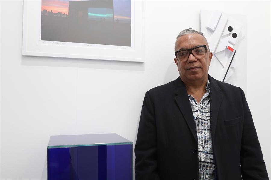 El director del proyecto sociocultural cubano Detrás del Muro, Juanito Delgado, este fin de semana en ARCO, donde busca con su proyecto fomentar que el arte salga de los museos y llegue a la calle para que los ciudadanos puedan interactuar con él y participar en el proceso creativo. EFE/Macarena Soto