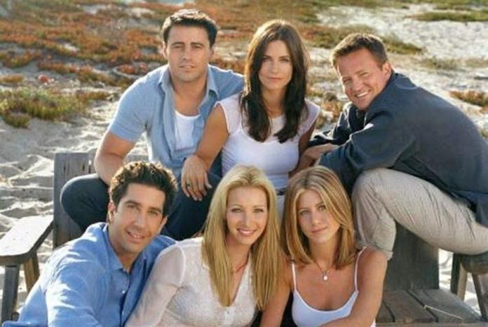 Fotografía cedida por Warner Bros y cortesía NBC TV en la que se registró a los protagonistas de la legendaria serie televisiva