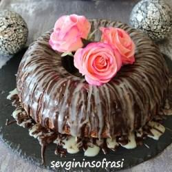 Meyveli Çikolata Soslu Kek