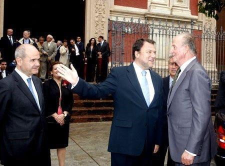 El rey junto a Chaves y Monteseirín ayer, en su visita al Salvador