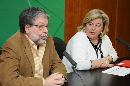 La consejera de Gobernación junto al representante de Famp