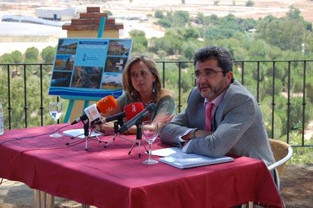 Antonio Gutiérrez Limones y Cinta Castillo durante su visita a la Ribera del Guadaíra