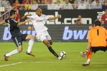 El equipo sevillista luchará ante el Tenerife por no despegarse de los grandes en la clasificación