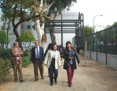 Eva Patricia Bueno caminando por los jardines.
