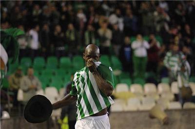 Emaná celebra un gol con el sombrero que en su día se ponía Finidi/RealBetis