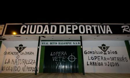 Las pintadas cargaban contra la directiva bética y apoyaban al ex-jugador Rafael Gordillo/Morenatti