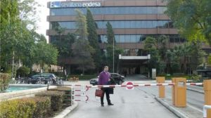 El alcalde de El Pedroso, ante las puertas de Sevillana Endesa