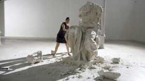 Cristina Lucas destruye los mitos patriarcales en la exposición del Espacio Iniciarte, en Sevilla