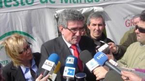 El consejero de Gobernación, Luis Pizarro, en su visita a Lora del Río