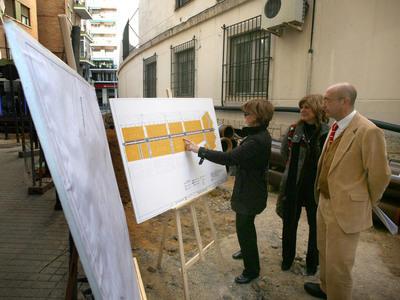 La delegada del distrito Los Remedios, Teresa Florido, y el consejero delegado de Emasesa, Manuel Marchena.
