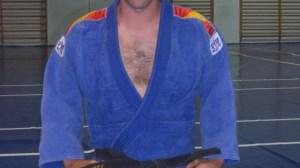Abel Vázquez posa con el título que le acredita como campeón de España de Judo de Ciegos y Deficientes Visuales.