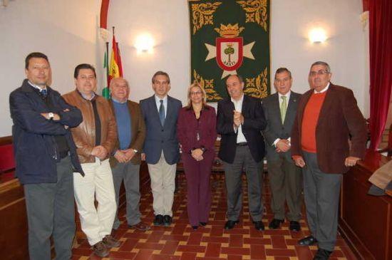 Los alcaldes, junto a la delegada Carmen Tovar
