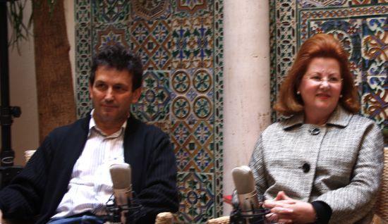 A la izquierda, Alfonso Zurro, director de la obra. A la derecha, Manuela Ochoa, directora de la Escuela Superior de Arte Dramático de Sevilla, entidad organizadora del proyecto/Claramorales