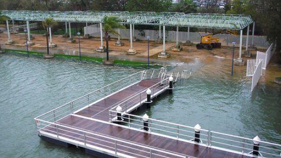 El Guadalquivir se ha desbrodado a la altura de la pasarela de la Cartuja/comcinco
