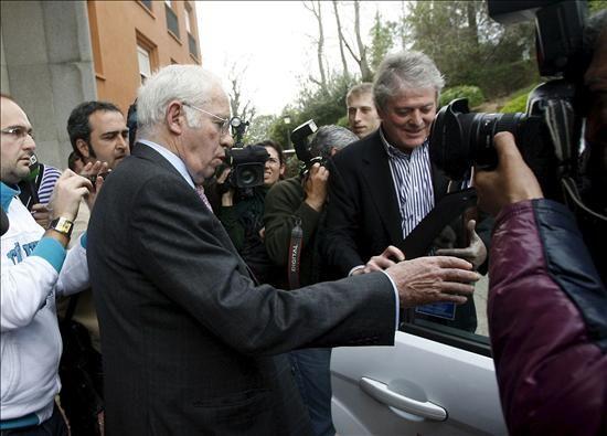Luis Aragonés saliendo de la reunión mantenida con el club en Córdoba/Martínez