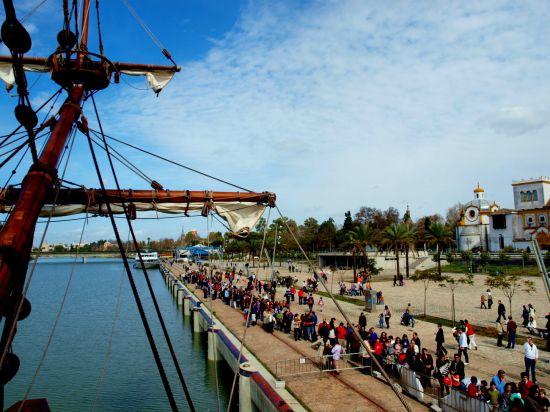 Numeroso público acudió a disfrutar del Galeón Andalucía aprovechando los días de fiesta/Laura Rosal