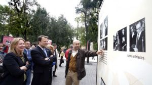 El alcalde de la ciudad inauguró la exposición en Puerta de Jerez