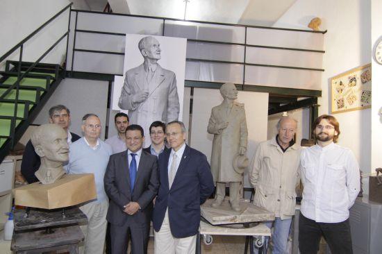 El delegado de Urbanismo junto al monumento en el taller/SA.