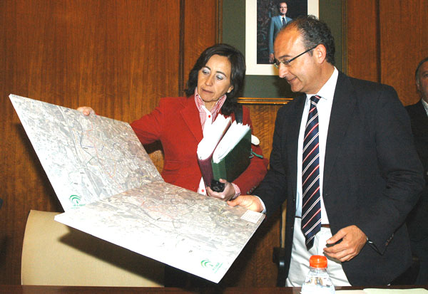 Rosa Aguilar exponiendo el plano de la red de Metro de Sevilla al presidente de la Comisión en el Parlamento, Martín Soler/SA