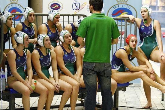 Javier Cortés dando instrucciones a las chicas del Dos Hermanas-Emasesa / SA