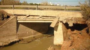 Puente anterior, gravemente afectado por el temporal de lluvias de este invierno/SA