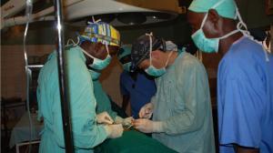 Cirujanos durante una de las intervenciones